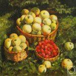 Домашние яблоки в корзинках и малина на траве