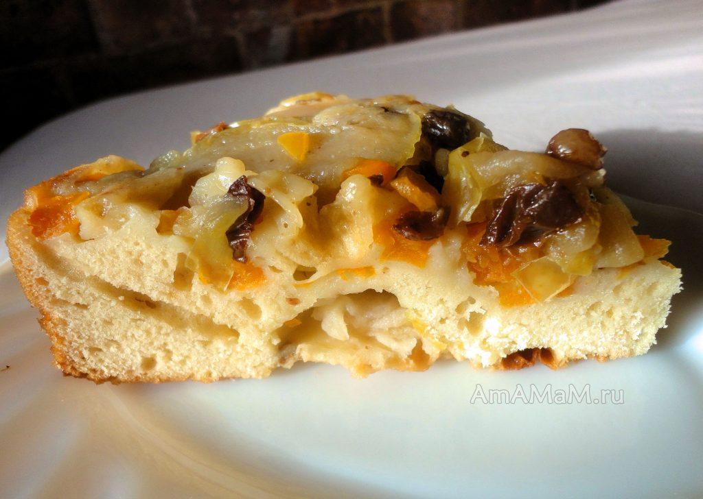 Бисквитный пирог с яблоками, тыквой и изюмом