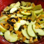 Яблочный пирог с тыквой и изюмом - выкладка начинки