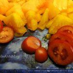 Фото нарезки помидоров 2 цветов - желтых и красных