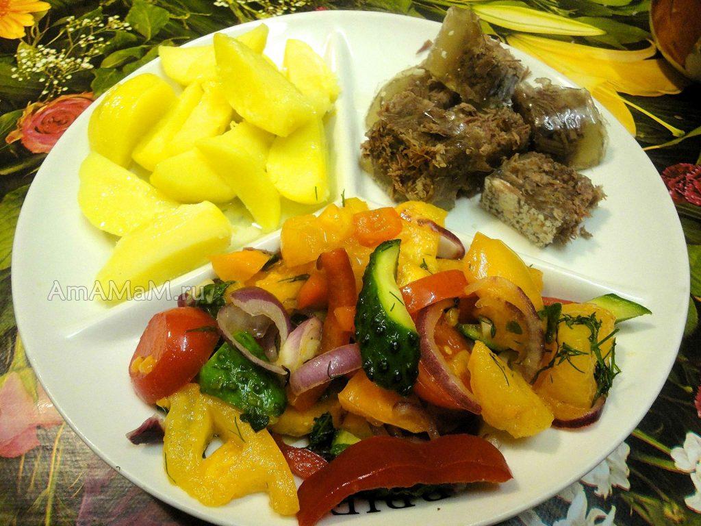 Тарелка с ужином - салат, картошка, мясо