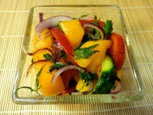 Приготовление салата из желтых помдиоров с огурцом, перцем и луком - рецепт