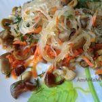 Фунчоза с вешенками, морковью и оливками