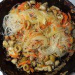 Рецепт приготовления фунчозы с вешенками, морковью и оливками