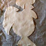 Выкладывание петуха на противень - фото основы пирога