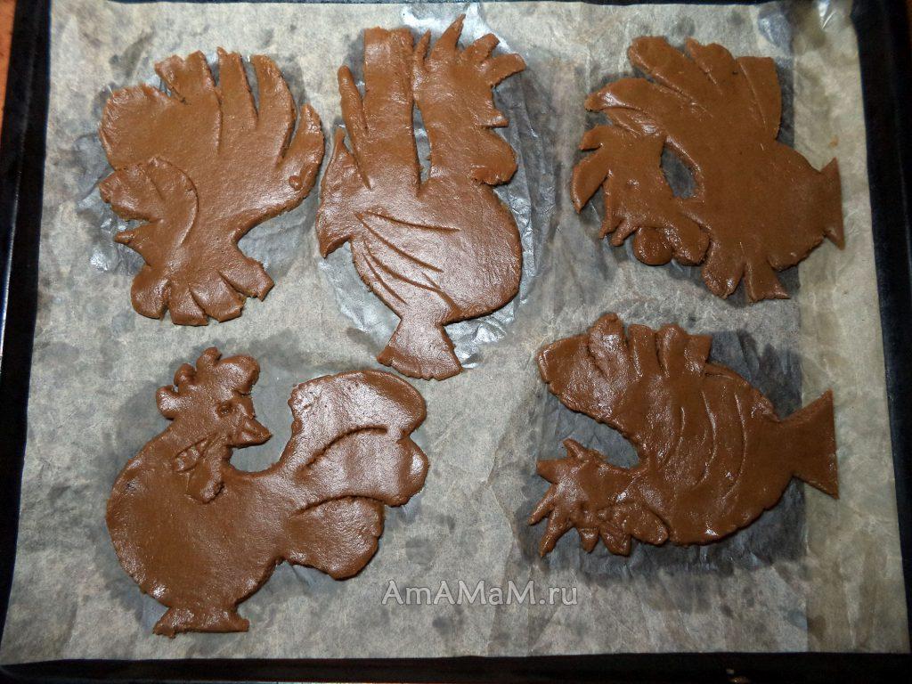 Противень с печеньем в форме петухов