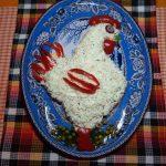 Рыбный салат с тунцом в виде петуха
