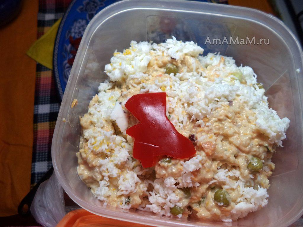 Сапожки для петуха - как вырезать из красног оперца для салата