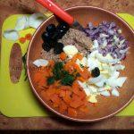 Способ приготовления салата со скумбрией и фото блюда