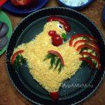Как декорировать салат в виде петуха - фото