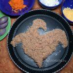 Рыбный салат из тунца с горошком, рисом, яйцами и морковкой