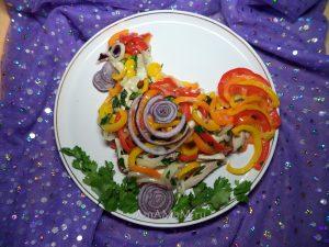 Рецепт салата из маринованного мяса, сладкого перца и лука в форме петуха