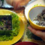 Как делают слоеные салаты с помощью формочки