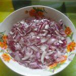 Салат из языка с яйцом и маринованным луком - фото лука