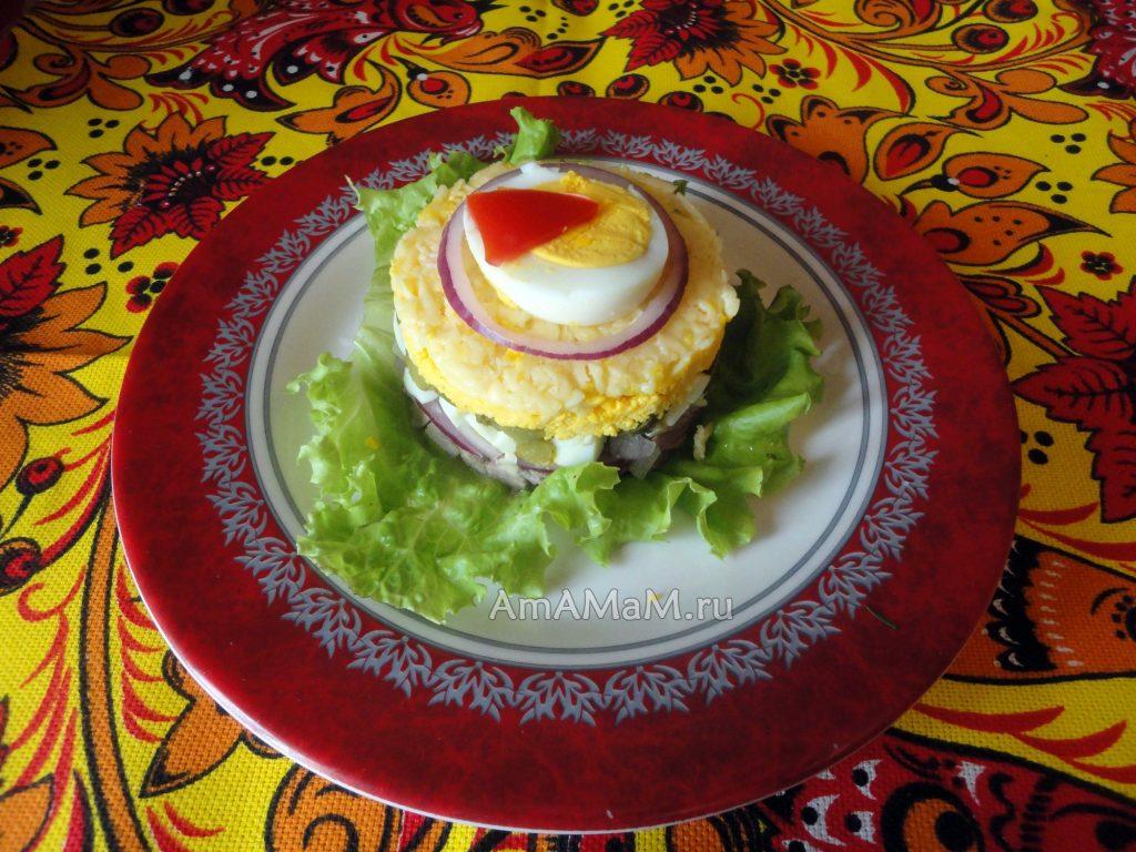 Салат из языка с яйцами и маринованным луком