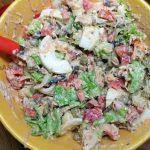 Способ приготовления салата из шпрот с перцем, зеленым салатом, горошком и сыром