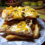 Стопка кусочков домашней пиццы