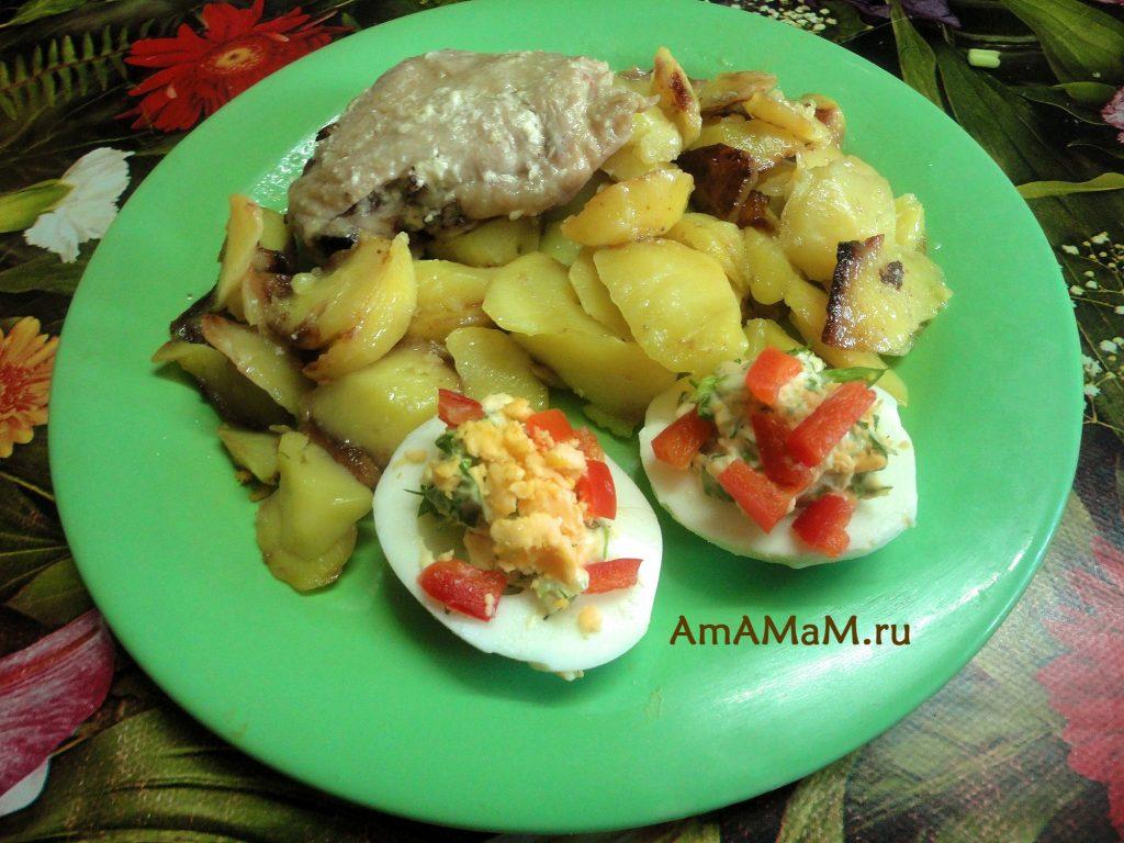 Рецепты простых закусок для праздничного стола - фаршированные яйца