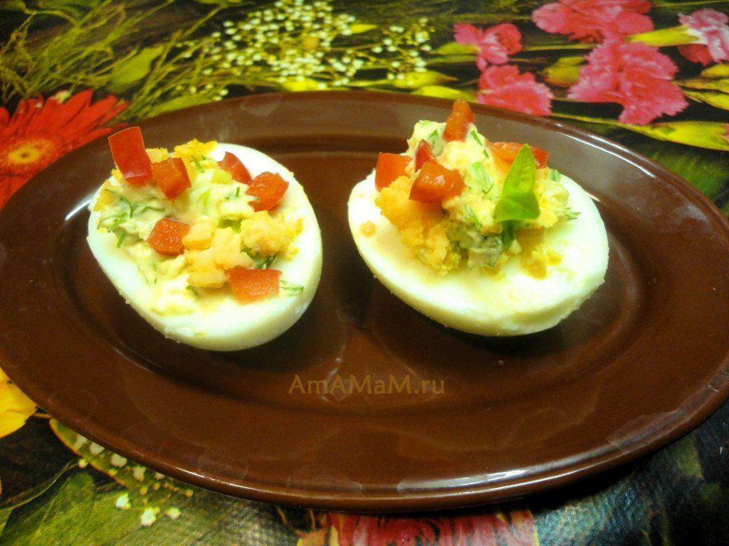 Простые закуски на скорую руку - яйца с зеленью