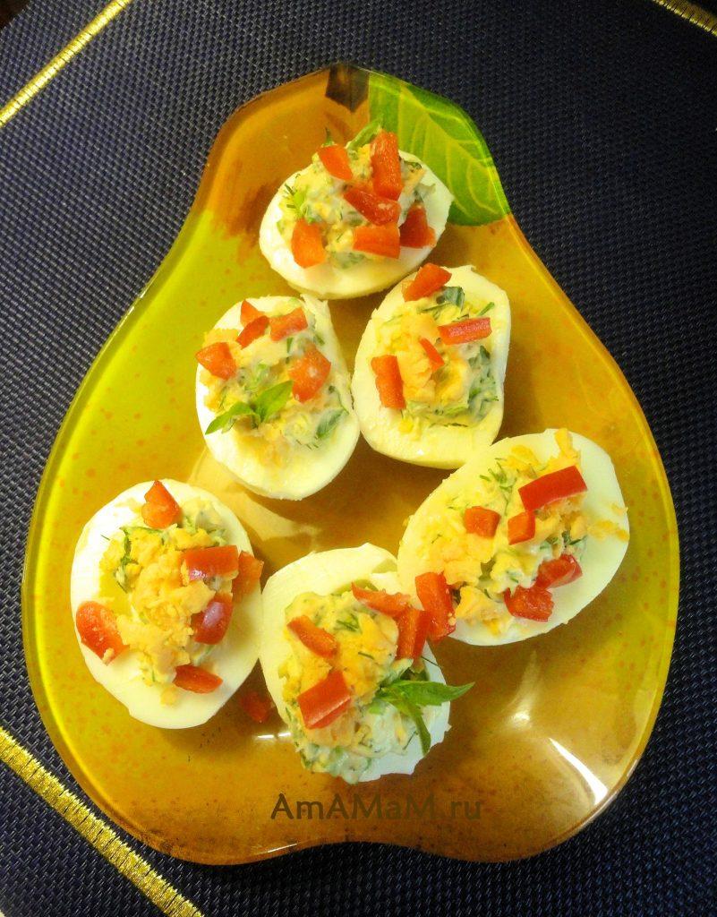 Яйца фаршированные зеленью и болгарским перцем - рецепт и фото приготовления