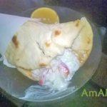 Гирос с курицей, картофелем, луком и перцем в соусе лзадзики