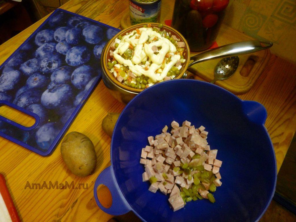 Рецепт салата Оливье с колбасой и фото приготолвения