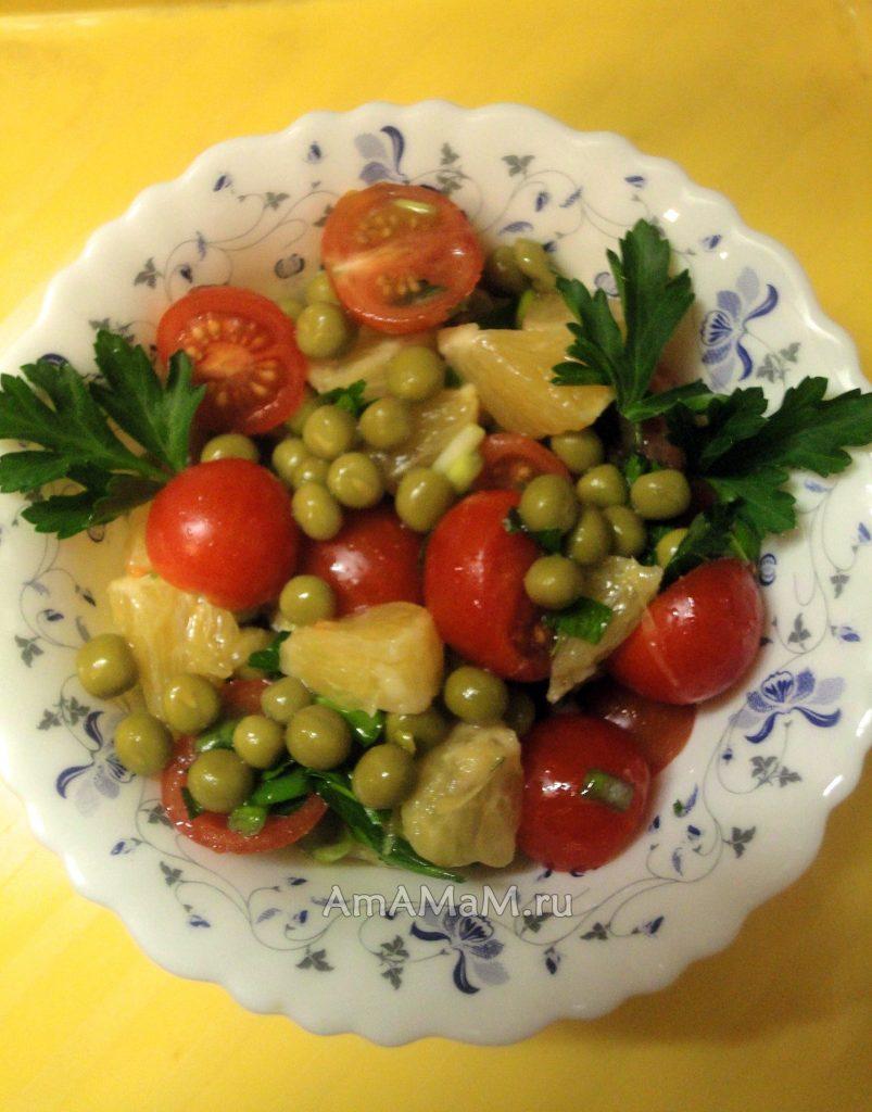 Приготовление салата из помидоров с апельсином и горошком