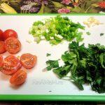 Как измельчить овощи и зелень в салат из помидоров черри и апельсинов