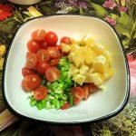 Приготовление салата из апельсинов и помидоров