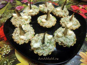 Салат из рыбных консервов в тарталетках