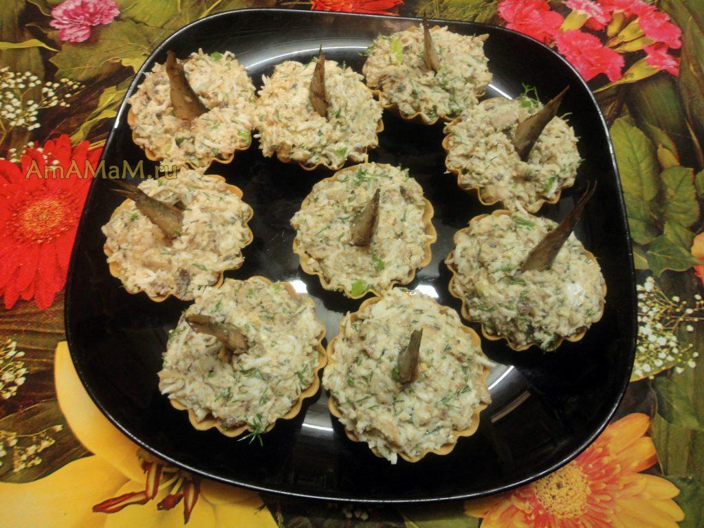 Салат со шпротами, яйцами и зеленью - рецепт и фото
