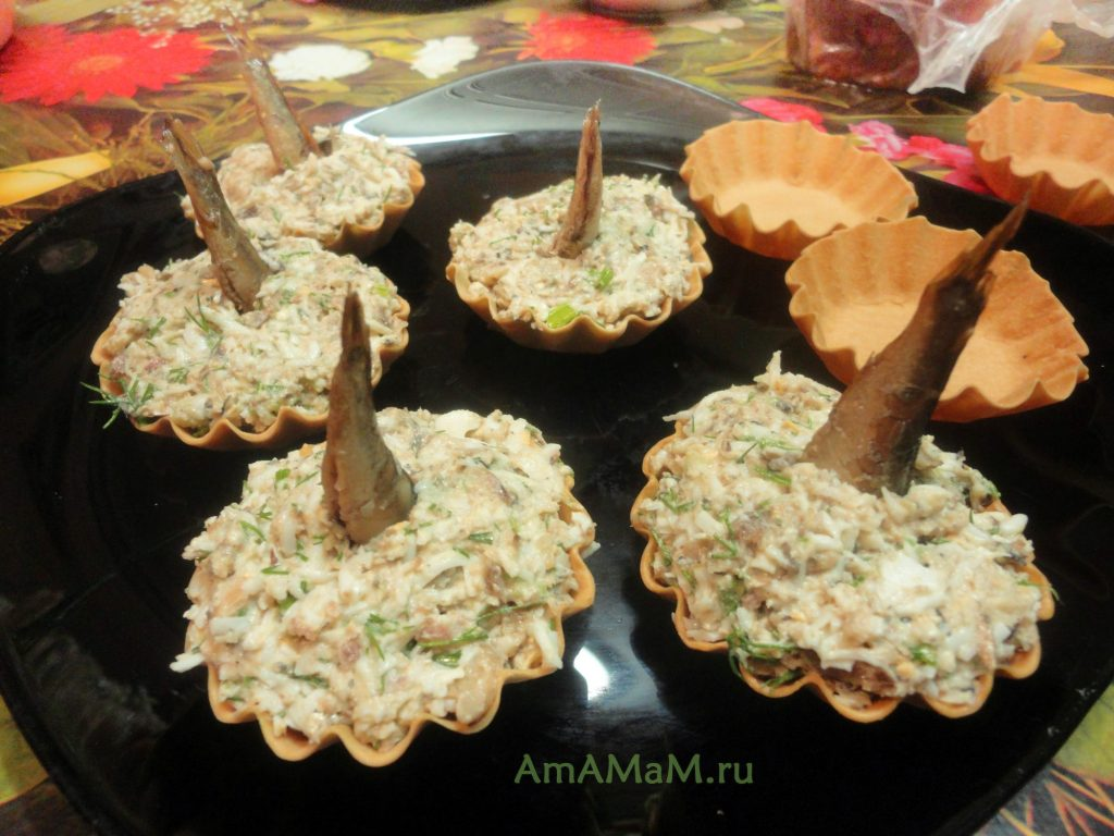 Приготовление салата со шпротами в тарталетках