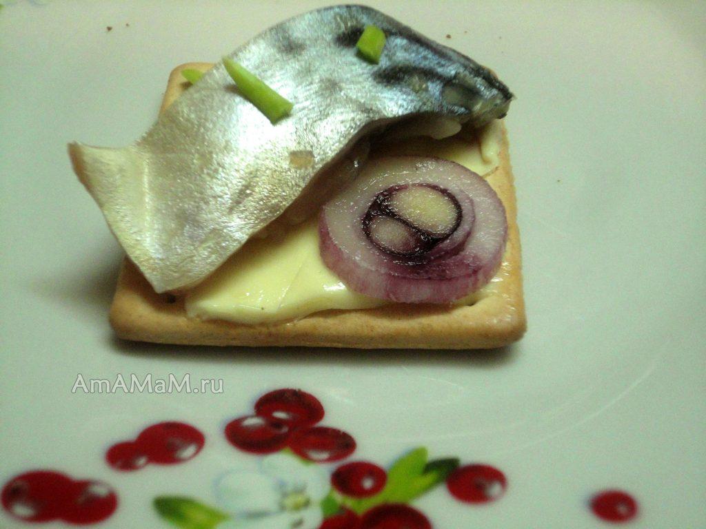 Как едят малосольную скумбрию - фото с галетами