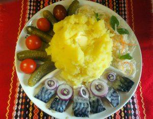 Чем накормить семью - малосольная скумбрия, огурцы, помидоры, пюре и капуста