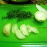 Нарезка лука и зелени в винегрет - фото