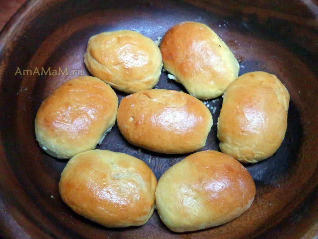 Пирожки в деревянной миске