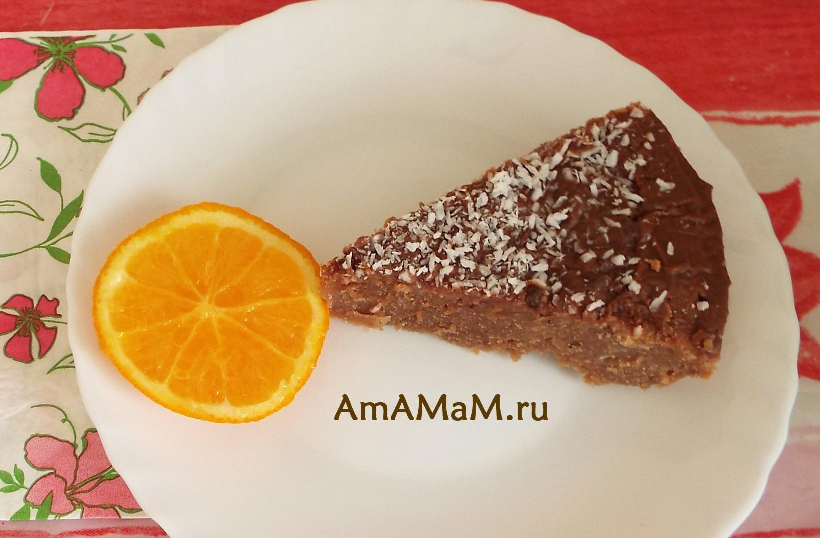 Кусочек пирога на молочном шоколаде с топленым молоком