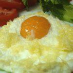 Яичница из взбитых белков и целого желтка с сыром