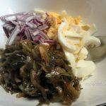 Как нарезать лук и яйца в салат с морской капустой - фото