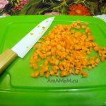Фото кубиков моркови на разделочной доске