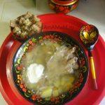 Щи кислые в тарелке со сметаной