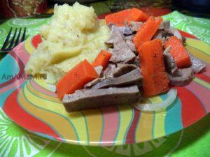 Приготовление салата с мясным языком, луком и морковкой