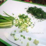 Нарезка зеленого перьевого лука и укропа