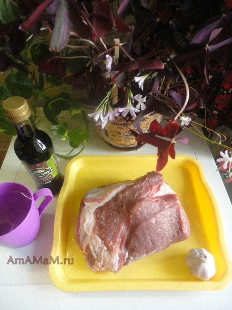 Простой рецепт запекания буженины из свиной шейки в соевом соусе с чесноком