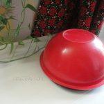 Красная большая миска в качестве крышки для мяса на тарелке