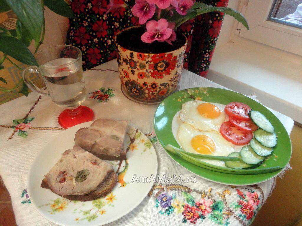 Чем накормить мужа и детей - яичница и домашняя буженина