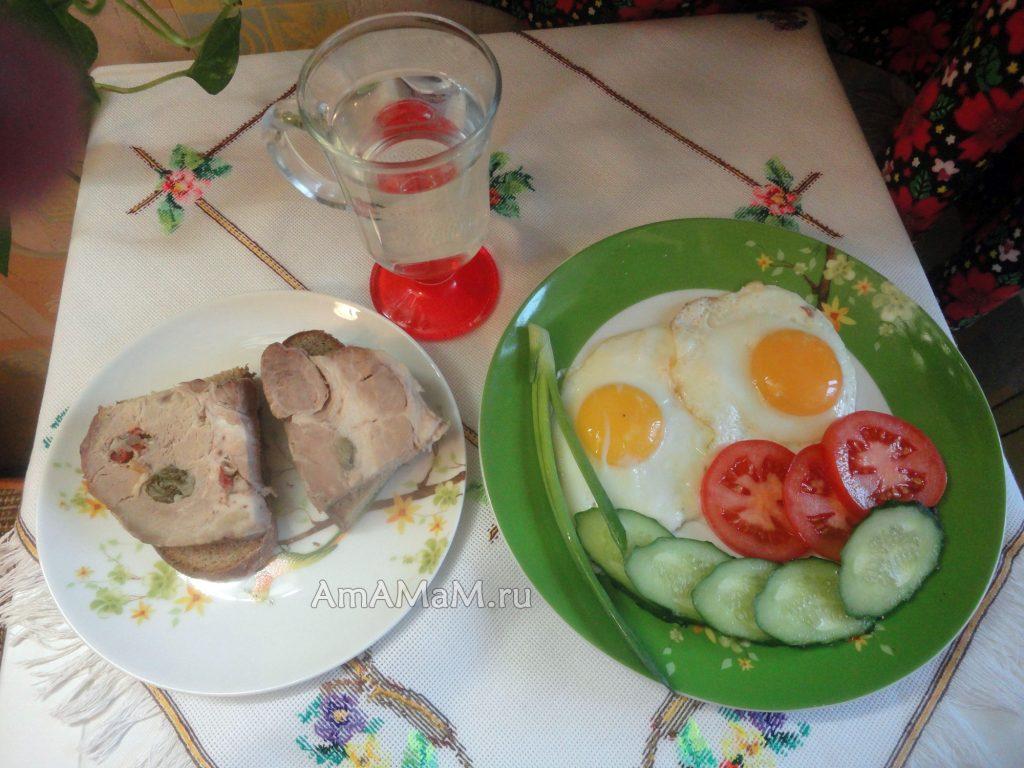Бутерброды с бужениной и яичница
