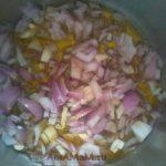 Приготовление соуса с томатной пастой для кальмаров