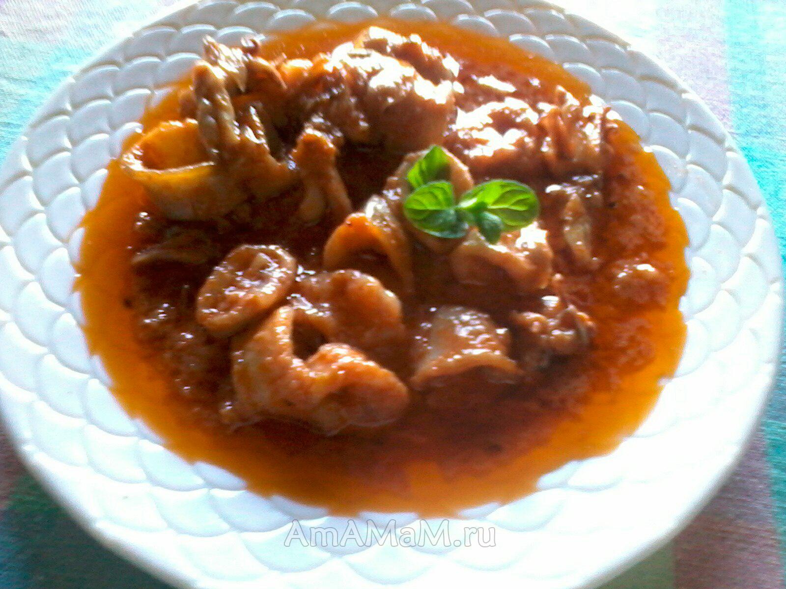 Каламаракья кккиниста - кальмары в томатном соусе с луком и чесноком - очень вкусное греческое блюдо