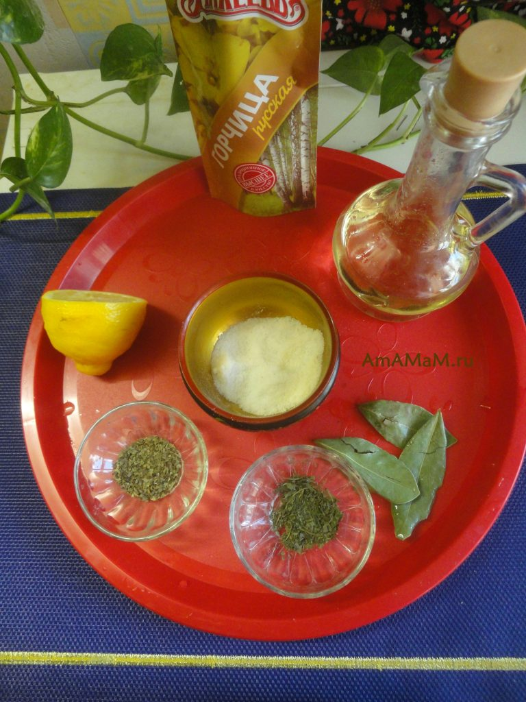 Горчица, масло, мята, базилик, лавровый лист, соль, лимон - состав маринада ждля обмазки свинины перед запеканием